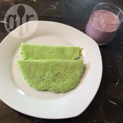 Tapioca de espinafre (Brasilianische Spinat-Tapioka-Crepes) - Tapiokacrepes sind in Brasilien sehr beliebt. Sie werden mit Tapiokastärke gemacht, die man in Brasilien überall erhält. Man kann sie hier im Internet bestellen. Dieses Rezept erklärt wie man sie selber macht. Durch den Spinat werden die Crepes gesünder und erhalten eine schöne Farbe, aber man kann sie auch einfach mit Wasser machen. Ich habe die Crepes mit Käse gefüllt, aber man kann sie auch mit Gemüse oder Fleis…