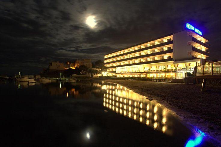 Frente al mar se encuentra junto a la playa de Talamanca, a solo 2 km de la capital.  El Argos tiene piscina al aire libre con vistas al mar. También hay una bañera de hidromasaje al aire libre, una piscina cubierta, un gimnasio. El establecimiento es un lugar ideal para pasear, correr y está cerca del casino de Ibiza.