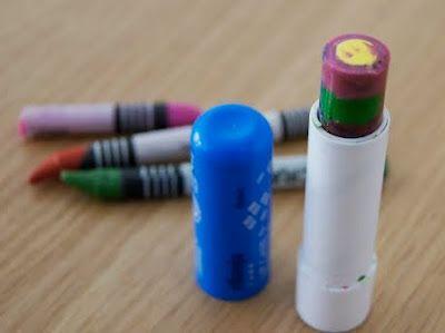 PASTELLI DI CERA FAI DA TE Avanzi di pastelli di cera? Potete fare un utile stick multicolore pratico da portare con sé per far disegnare il vostro bambino ovunque voi siate!