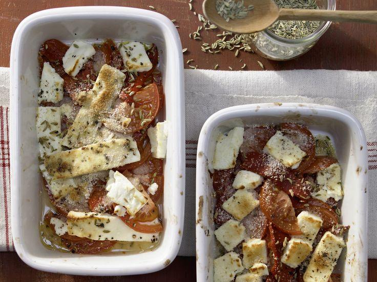 Leicht, lecker und ganz ohne Fleisch: Gebackener Schafskäse mit Tomaten und Paprika - smarter - Kalorien: 270 Kcal - Zeit: 15 Min.   eatsmarter.de