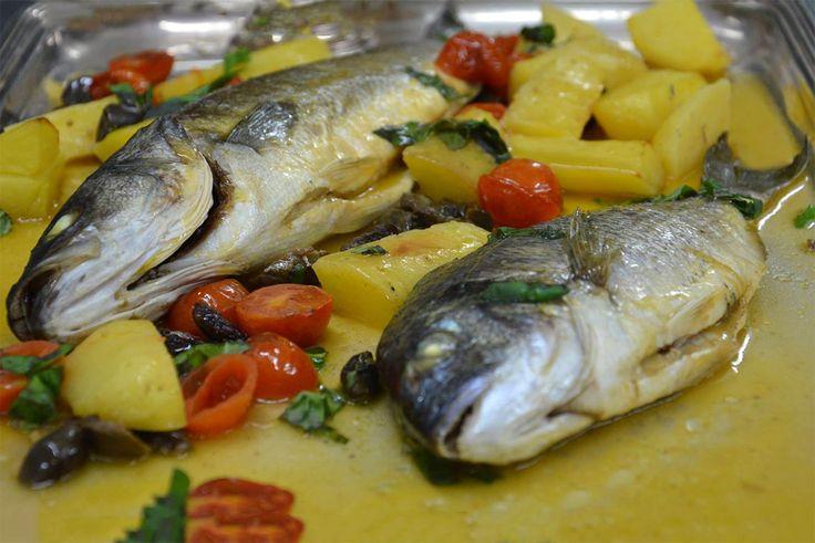 La spigola e l'orata al forno accompagnate dalle patate e i pomodorini al profumo di Vermentino sono un piatto semplice e leggero.