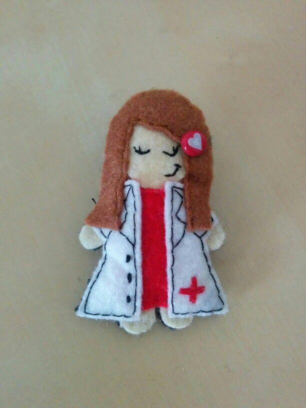 Broche de enfermera hecho a mano con fieltro :)