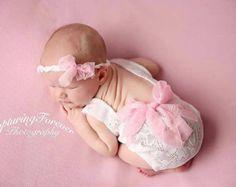 Mameluco de la muchacha recién nacida coral por BeautyOfCrochet