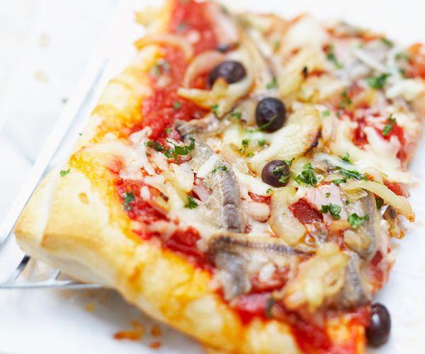 Voici une recette facile pour déguster une pizza aux anchois. Idéale pour un repas convivial en famille.