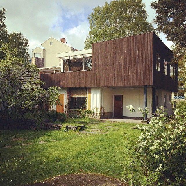 北欧・フィンランドが生んだ20世紀を代表する世界的な建築家、都市計画家、デザイナーであるアルヴァ・アアルト(Alvar Aalto)と、その妻アイノ・アアルト(Aino Aalto)。二人が共に設計し、40年に渡り暮らした自邸がフィンランドのヘルシンキ北西部の閑静な住宅街にある〈アアルトハウス〉です。建築やデザインを志す人々が世界中から訪れる観光スポットとしても有名で、フィンランドへ行ったなら一度は訪れてみたい場所。そんなアアルトハウスについて詳しくご紹介します。