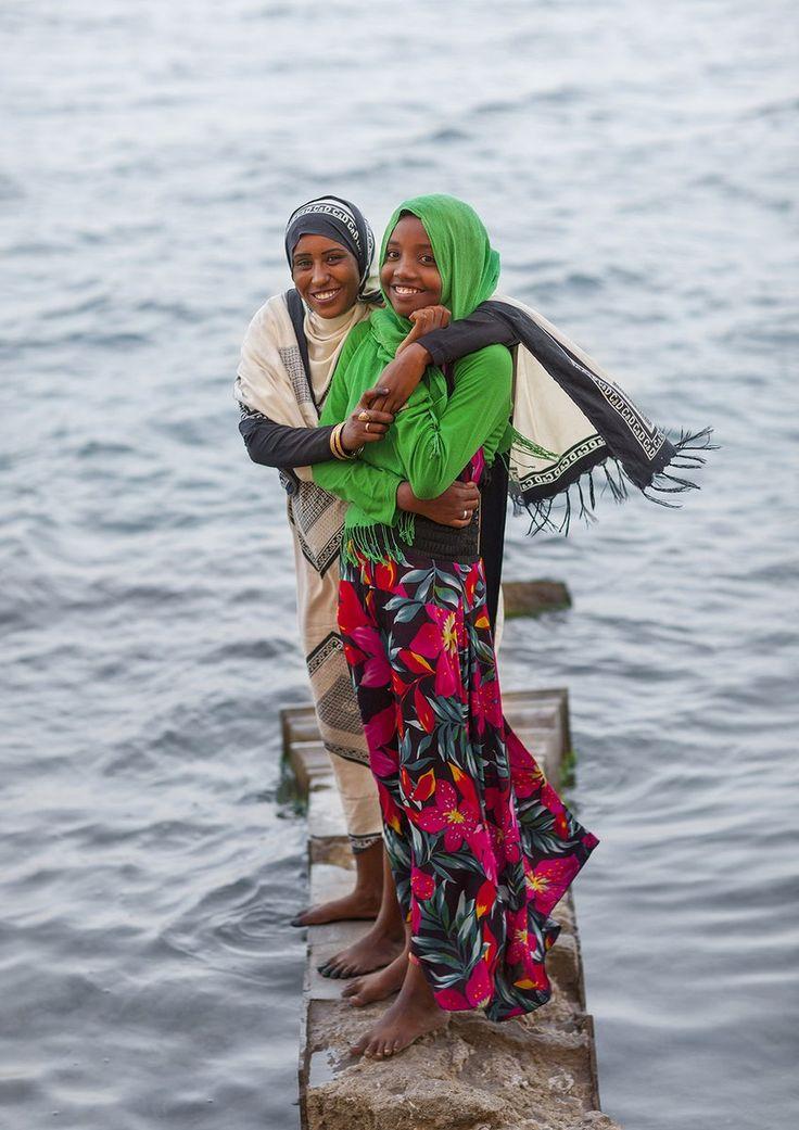 Ragazze in piedi su una roccia sulla riva del Mar Rosso, Suakin, Sudan