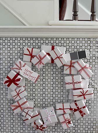 Weihnachtskranz mit kleinen Geschenkpaketen - wirklich originell.....