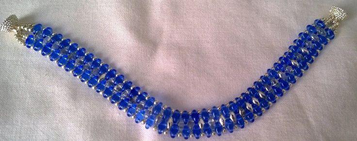 Braccialetto realizzato con la tecnica della tessitura delle perline, azzurro e argento con superduo e minuteria di Boemia, chiusura a calamita senza nickel.