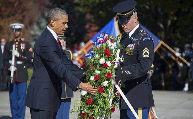 O presidente americano, Barack Obama, deposita coroa de flores no túmulo do soldado desconhecido em cerimônia do Dia dos Veteranos no cemitério nacional de Arlington, na Virgínia.