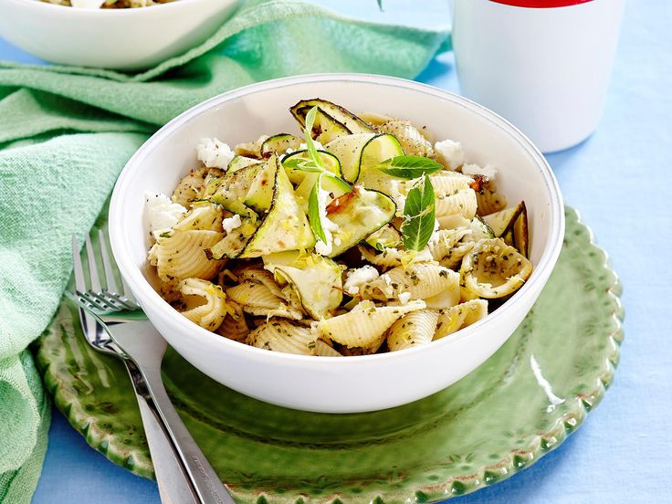 Lighten things up with this fresh pesto zucchini pasta - a healthy and delicious dish for dinner tonight!
