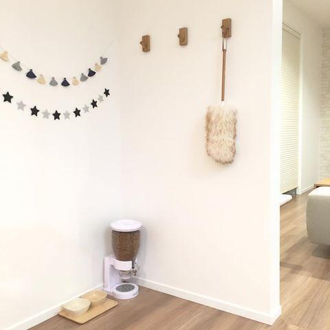 * * 無印良品週間 ⚐ * 無印の壁に付けられる家具・フックを 耐力壁に付けてみました◡̈♥︎ 有効活用です!(๑•̀ㅂ•́)و✧ そこに雑貨屋で一目惚れ購入してあった 羊毛ダスターをセット♡ このダスター可愛いし優秀です(*´˘` ) * #新築 #新居 #マイホーム #戸建て #注文住宅 #一条工務店 #アイスマート #シンプル #シンプルインテリア #北欧 #北欧インテリア #羊毛ダスター #無印 #無印良品 #無印良品週間 #壁に付けられる家具 #キャットフード