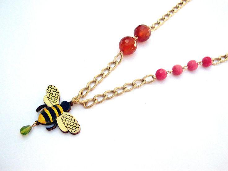 Collana con ciondolo ape dipinto a mano laser cut di Settembrina su DaWanda.com