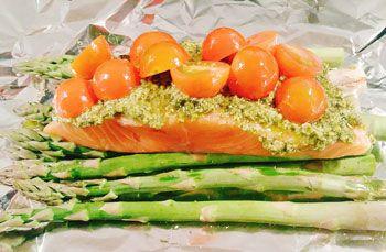 Recept voor zalm met groene asperges, pesto en cherry tomaatjes uit de oven (ingepakt in folie). Super simpel maar erg lekker, bijv. met aardappeltjes.