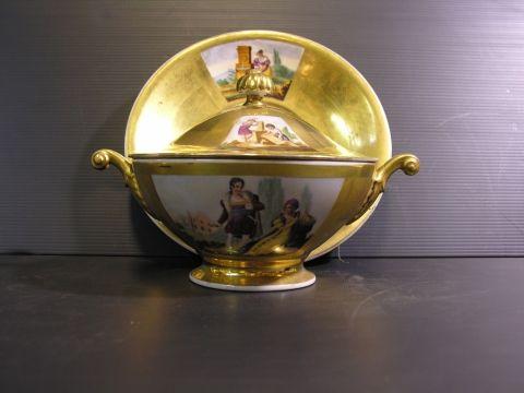 Grande tazza da puerpera con coperchio , di porcellana francese vecchia Parigi ,dipinta a mano con applicazioni di oro zecchino.