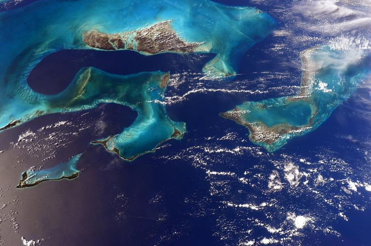 These colors almost look too beautiful to be true. Colori quasi troppo belli per essere veri. #Bahamas #HelloEarth