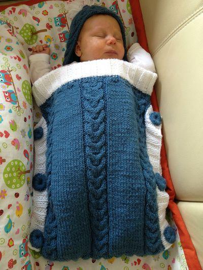 """Dieser Babyschlafsack entstand nach der Anleitung aus dem Buch """"Niedliche Maschen für die Kleinsten"""", für das dieser schicke Warmhalter auch als Coverbild dient. Die Zöpfe sind nur auf der Vorderseite, hinten wird komplett in dem Rippenmuster gestrickt, wie man es bei der Kapuze sieht. Das war übrigens das erste Mal, das ich ein Zopfmuster gestrickt …"""
