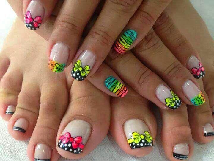 Linda pintura de uñas para las manos y los pies…