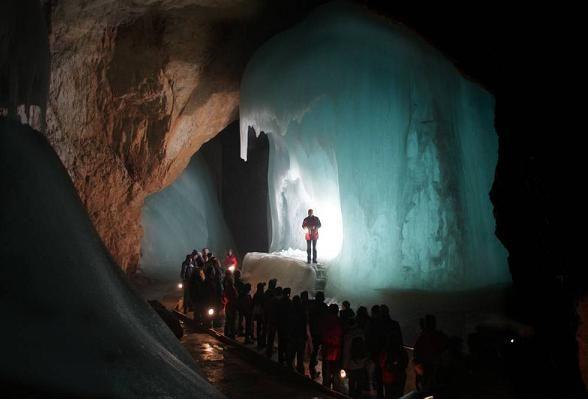 Eisriesenwelt in Oostenrijk, de grootste ijsgrot ter wereld, is een absolute must voor iedereen die van grotten houdt, en eigenlijk ook voor iedereen die daar niet van houdt. Want Eisriesenwelt is een grot als geen ander. www.reishonger.nl/reistips/ijssculpturen-in-het-donker-eisriesenwelt-oostenrijk/