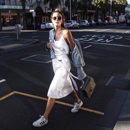 Γιατί σε κάθε κάθε look η Holly Titheridge φοράει πάντα κάτι λευκό; | μοδα , news & super trends | ELLE
