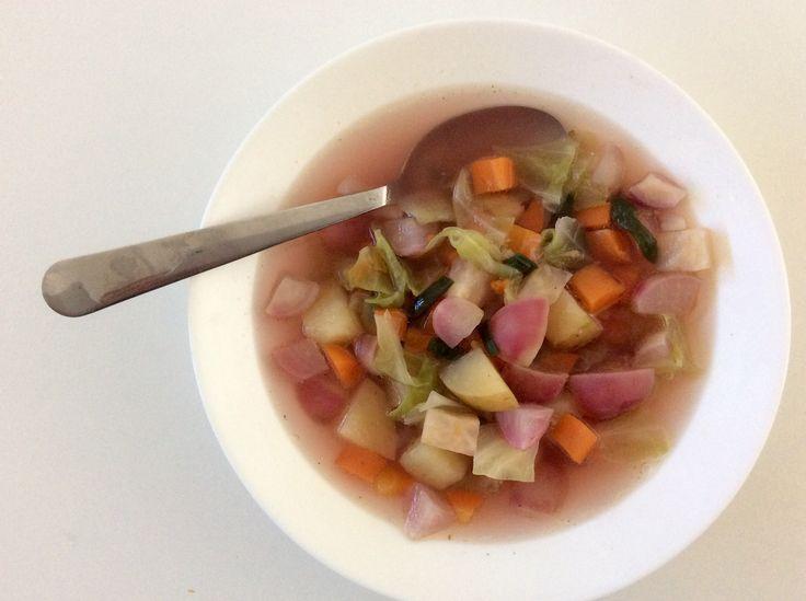 Polévka z brambor, mrkve, celeru, bílého zelí, ředkviček a jarní cibulky