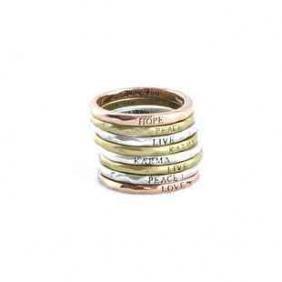 Anéis | Live / Karma / Peace    Ref.ª A610281    Opções:  » LIVE (dourado)  » KARMA (prateado)  » PEACE (dourado)  Gravados no interior com a mensagem: Lucky you    (espessura: 1 mm)  (Diâmetro:1,7 cm)    PVP unit.: 2,25 € /un.+ Portes