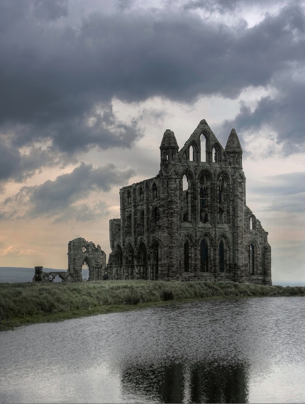 Whitby Abby / Yorkshire, England How beautiful. Imagine the history in there.