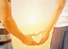 Mãos Que Fazem A Sombra Do Coração Do Amor No Fundo Do Arco-íris - Baixe conteúdos de Alta Qualidade entre mais de 54 Milhões de Fotos de Stock, Imagens e Vectores. Registe-se GRATUITAMENTE hoje. Imagem: 36340314