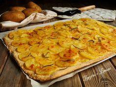 La schiacciata con patate e parmigiano è un'idea rustica molto ricca di sapore che, di sicuro, piacerà a tutti, anche ai più piccoli.