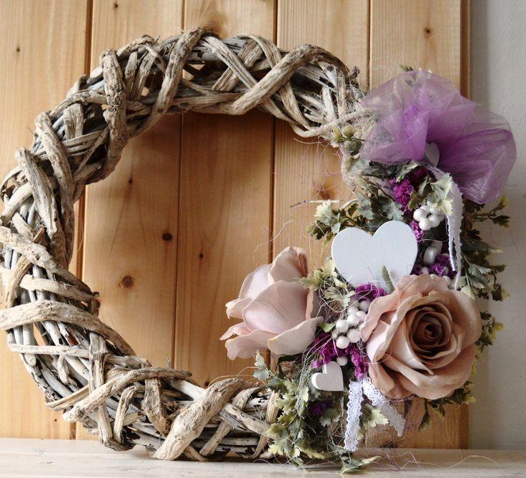 Velký+proutěný+věnec+na+dveře+Podzimní+bytová+dekorace-+proutěný+věnec+na+dveře+s+patinou+Použitý+materiál:+proutěný+proplétaný+věnec,+látkové+růže,+umělé+listy,+dřevěná+bílá+srdíčka,+bílé+pěnové+bobule+Stuhy:+bavlněná+bílá+povchová+úprava+věnce+:+bílá+patina+Rozměr+dekorace:+40+cm+Věnec+máme+skladem,+odesíláme+ihned