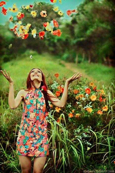 """Escuto muito ultimamente a frase: """"Quando tudo for pedra, atire a primeira flor"""" E então, me pego pensando, será que realmente podemos fazer isso? Em momentos difíceis, dolorosos e tensos...podemos silenciar, pensar antes de agir ou falar, orar antes de nos desesperar; será que você tem atirado flores ou está deixando-as murchar? Pense! #CrieUmJardim  #PenseAntesDeFazarAlgoQueVáSeArrepender"""
