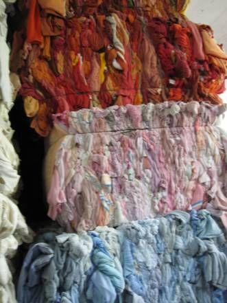 """BALLE DI STRACCI - A Prato lo STRACCIO è il """" vestito usato """"  che arriva da ogni parte del mondo per essere """"rigenerato"""". Giacche, cappotti, corpetti, gonne, pantaloni, divise militari, abiti da sera, abiti da lavoro  vengono raccolti  nei  magazzini  dove i """" CENCIAIOLI """" eliminano dallo straccio  fodere, imbottiture, bottoni ...... e selezionano la lana a seconda della finezza e del colore, recuperando materiali destinati alla rigenerazione e poi alla filatura"""