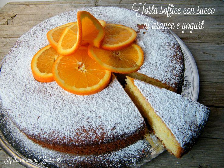 La torta soffice con succo di arance e yogurt è un dolce semplice da fare ma che vi sorprenderà per il suo gusto delicato e la sua sofficità in bocc