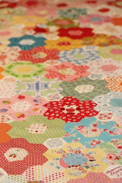 Leanne Beasley quilting/stitching goodnessVintage Quilt, Vintage Prints, Hexie Quilt, Flower Gardens, Flower Quilt, Hexagons Quilt, Flowers Garden, Bright Colors, Flower Pattern