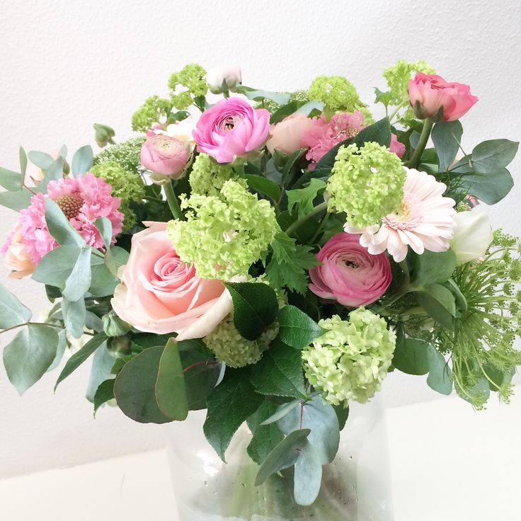 Mooi boeket in roze groene tinten, rozen, viburnum, gerbera, anemoon, eucalypthys