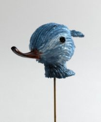 Monique Védie. Epingle de revers. Tige en maillechort doré, décor en acétate de cellulose (rhodoïd) bleu canard dégradé jusqu'au blanc et marron, noir et translucide marron. Vers 1956. Galliera, musée de la Mode de la Ville de Paris.