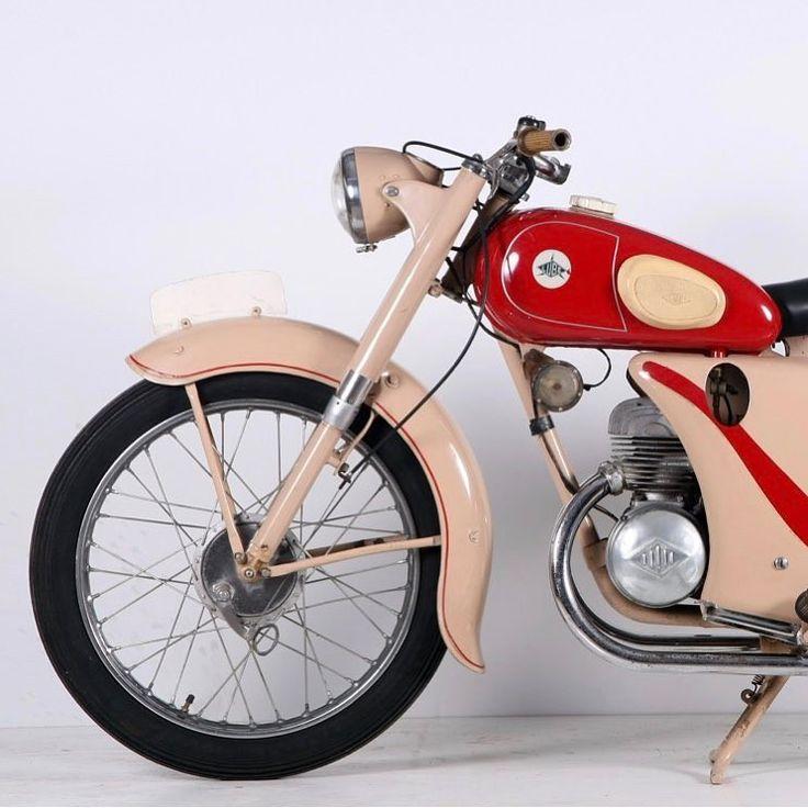 Fabricada en Barakaldo desde 1945, el modelo P de 125 cc revolucionó, por su modernidad, la saga de las #Lube que hasta 1956 había seguido una línea más clásica. #moto #motolovers #instamoto #oldschool #motorbike #motorcycle #museumoto #Barcelona #Bassella