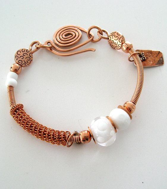 Koppararmband med lampworkpärlor. Copper bracelet and lampwork beads.