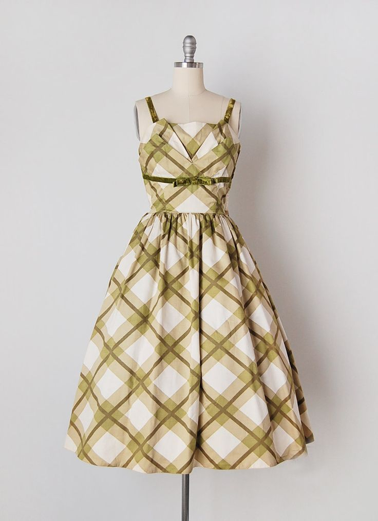 Vintage jaren 1950 gepolijst katoen groen groot plait gedessineerde jurk. Gevouwen bodice detail met fluwelen groene riemen en trim. Bovenlijfje is