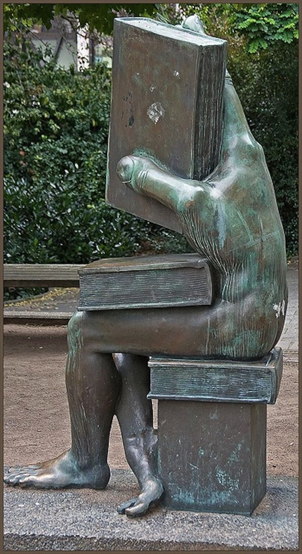 """Der Buchhändler"" [The Book Seller, literally: ""somebody who handles books""] on the Ludwig-Metzger-Platz in Darmstadt, Germany. Sculpture by Michael Schwarze"