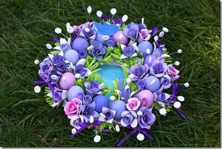 Centrotavola con uova colorate e fiori di cartone