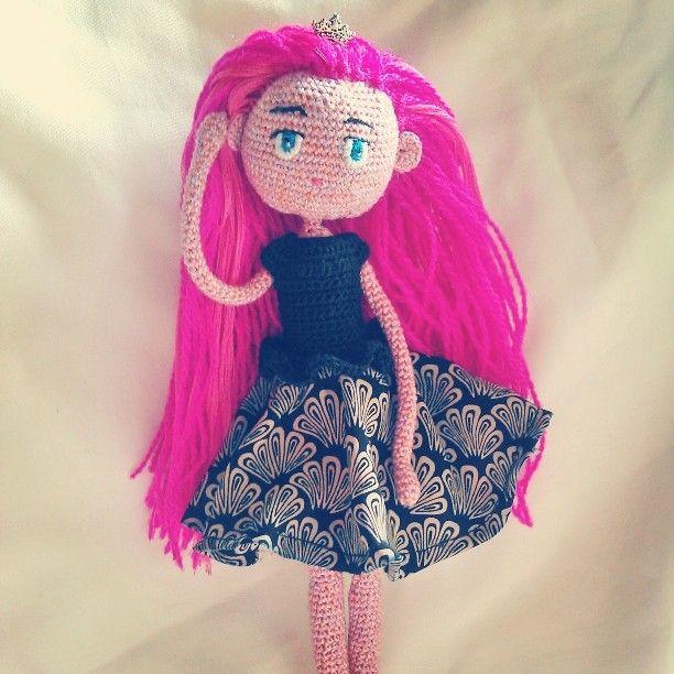 Perkenalkan namanya CC,, dengan rambut panjang berwarna pink, dia akan sangat mudah dikenali.  #amigurumi #crochetdoll #croochet #crocheting #bonekarajut #rajutindonesia #hobby #handmade #craft #pink #indonesia