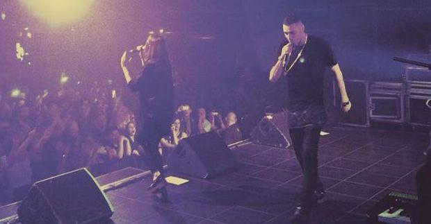 Marracash sfonda il palco durante un live ma continua a rappare