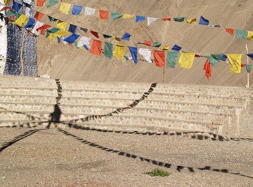 Bandeiras de oração em um Mosteiro em Themisang, região de Ladakh, estado de Jamu e Caxemira, Índia.  Fotografia: nipitiri123.