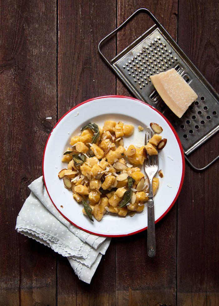 Il Cavoletto di Bruxelles | gnocchi di zucca arrosta con burro, salvia, mandorle e aglio | http://www.cavolettodibruxelles.it/