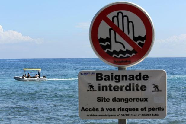 Un panneau signalant une «baignade interdite» dans la zone où a été attaqué un surfeur par un requin, le 6 août 2012