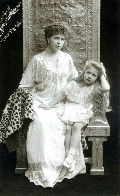Regina Maria și fetița ei.