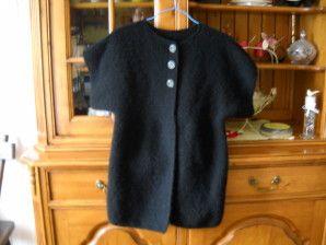 Voici le gilet une fois terminé ! simple et facile à porter. Il est tout doux. Pour le confectionner, j'ai acheté une grosse pelote de laine noire &douceur& de 400 gr chez Super U. et il en reste !! Le gilet est fait au point mousse avec des aiguilles...