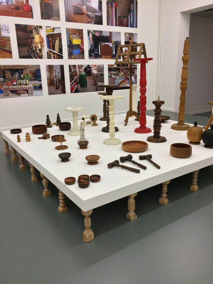 Iratxe Jaio + Klaas van Gorkum: Producing time in between other things. Selectie van houten voorwerpen gemaakt door Van Gorkum grootvader een gepensioneerde fabrieksarbeider. Het werk laat het oud arbeid zien. Een dynamiek tussen vroeger arbeid en nu modern hip.