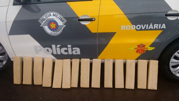 Polícia Rodoviária prende homem com 12 quilos de maconha na Castelo Branco -   A Polícia Militar Rodoviária prendeu na manhã desta quinta-feira, dia 06, um homem de 51 anos por tráfico de drogas na Rodoviária Castelo Branco (SP-280), altura do km 240, em Avaré. Com o acusado foram encontrados 14 tabletes de maconha dentro de um ônibus rodoviário, totalizando 12 kg - http://acontecebotucatu.com.br/policia/policia-rodoviaria-prende-homem-com-12-quilos-de-macon