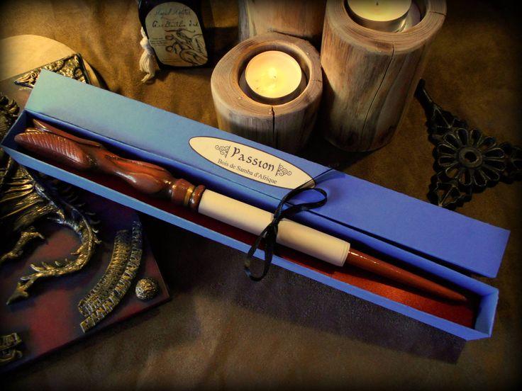 Réservé pour un client *** Baguette magique en bois de Samba d'Afrique sculpté à la main: Passion - Avec sa boîte couleur bleu et parchemin